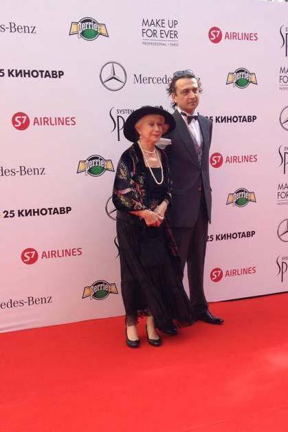 Александр Лазарев трогательно опекает маму Светлану Немоляеву