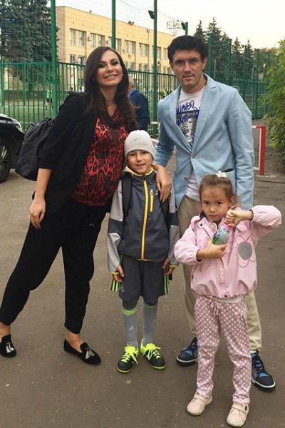 Супруга футболиста в третий раз стала мамой в сентябре