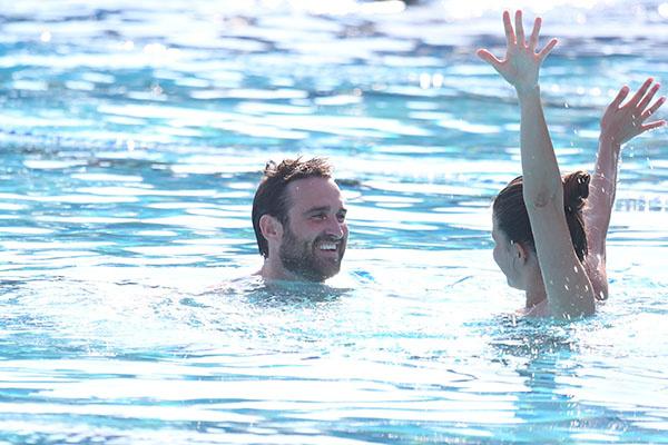 Влюбленные развлекались в воде, как могли