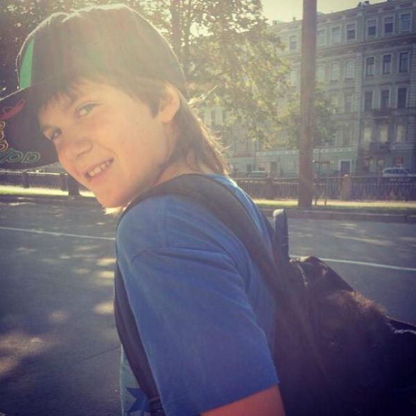 Сын супругов Николай несет нового друга в рюкзаке