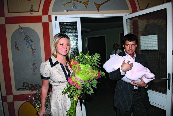 Почти десять лет назад Максим впервые взял на руки любимую дочку, встречая жену из роддома