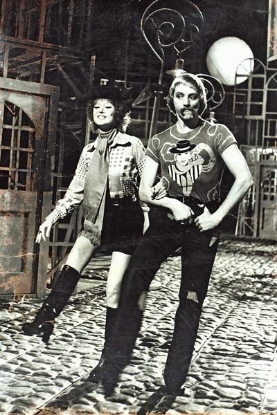 В фильме 1978 года «Бенефис Людмилы Гурченко» артистка сыграла около 20 мини-ролей: и старушку, и леди, и разбойницу. На фото – с Марисом Лиепой