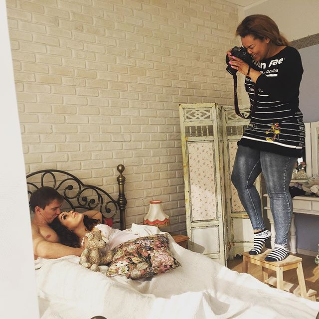 Корнелия Манго фотографирует счастливых молодоженов