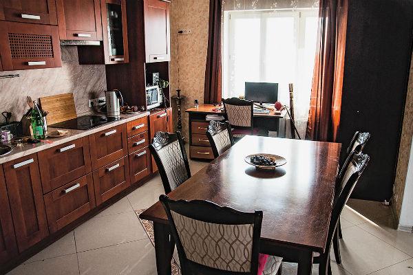 На большой кухне Татьяна также организовала рабочее место