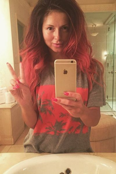 Нюша выглядит ярко с красными волосами