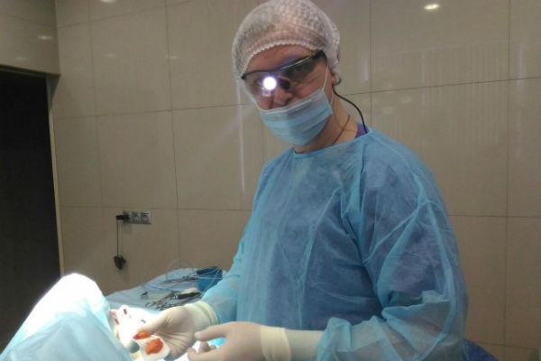 Врач выполнял операцию под местной анестезией