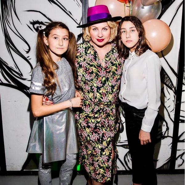 Ева с дочерьми