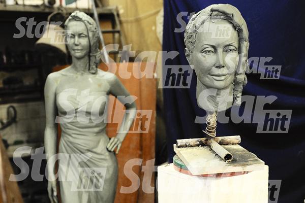 Сегодня статуя была доставлена на Николо-Архангельское кладбище, где покоится безвременно...