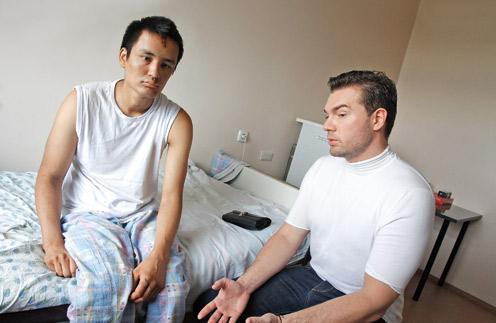 Пластический хирург Андрей Искорнев (справа) навестил 20-летнего Насимхона в больнице после аварии в метро