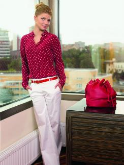 На актрисе Анастасии Задорожной одежда Gant: Рубашка, 6020 руб. Ремень, 3920 руб. Брюки, 5950 руб. Сумка 14350 руб.