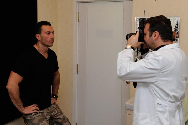 В самом начале консультации доктор сфотографировал будущего пациента