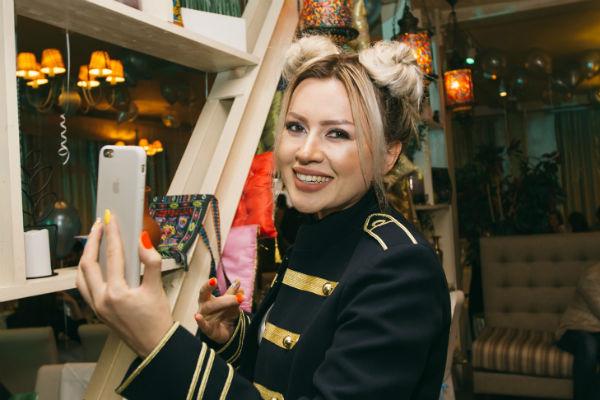 Певица Сара Окс
