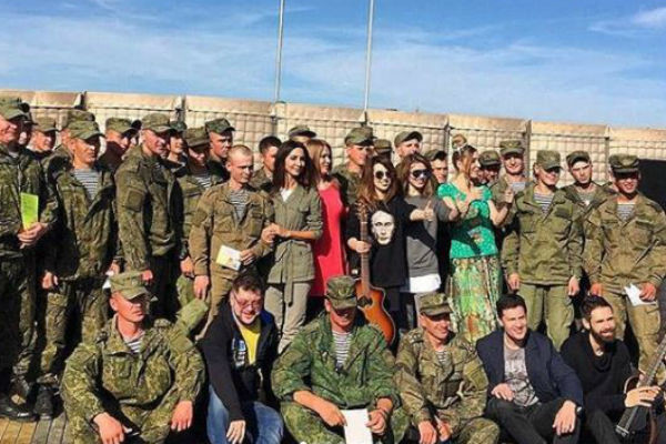 Артисты с военными