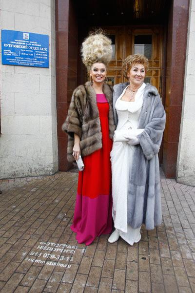 Распорядительницей торжества и подружкой невесты стала Лена Ленина