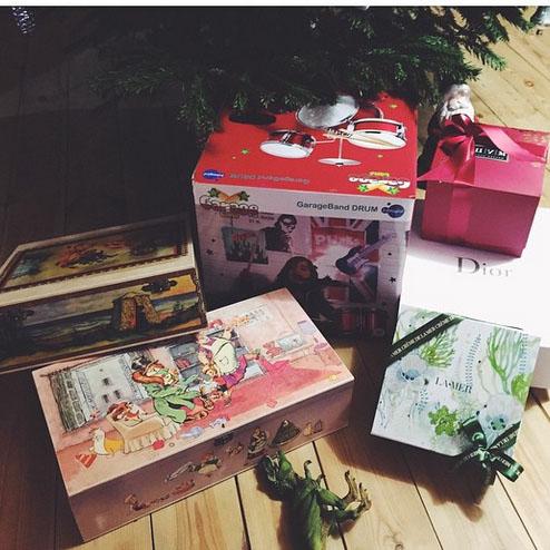 Вот сколько подарков приготовила Алена Богдану. В самой большой коробке –  та самая барабанная установка!
