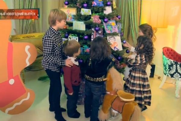 В детской комнате также украшена елка