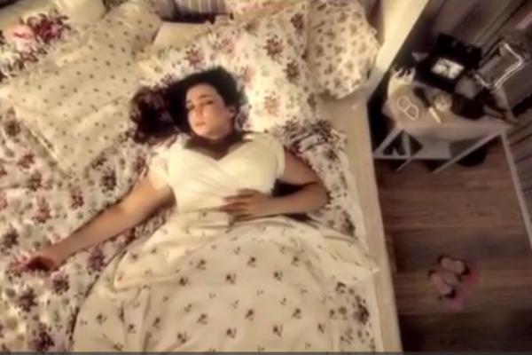 Действие в рекламе начинает разворачиваться в постели...