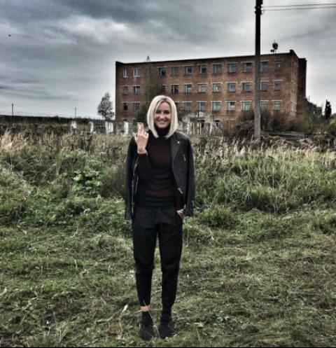 Ольга Бузова около колонии в Невеле