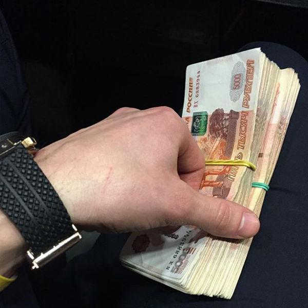 Антон демонстрирует свой финансовый успех
