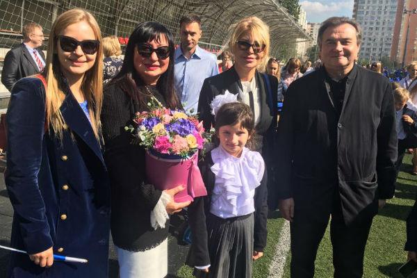 Юлия Пересильд и Алексей Учитель на линейке первого сентября