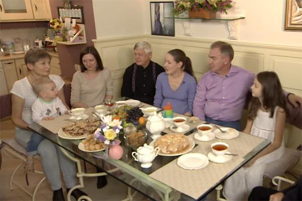 Ольга Красько, ее родители, сестра, муж и двое детей стали героями программы «Когда все дома»