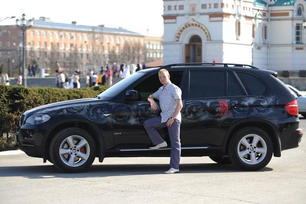 Алексей Тищенко c подаренным ему BMW X5