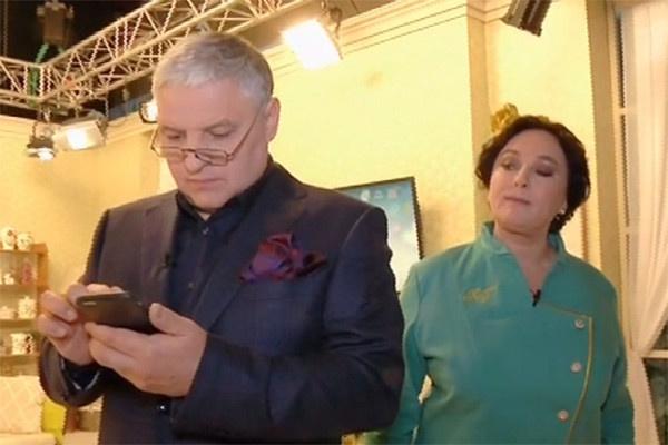 Лариса следит за соцсетями мужа