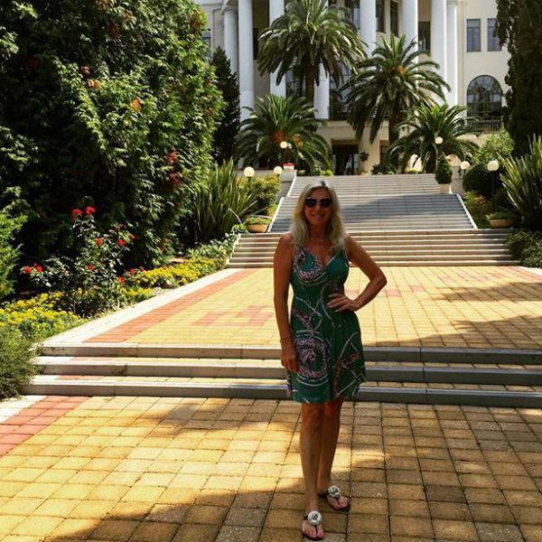Марина Юдашкина перед грандиозным торжеством решила прогуляться по территорииотеля