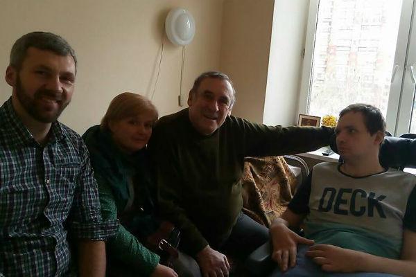 Родные ухаживают за Алексеем Яниным, перенесшим инсульт
