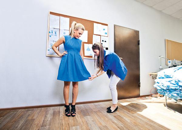 По словам Ксении Бородиной, это хлопчатобумажное платье – одна из базовых вещей. Его можно носить и под плащ со шпильками, и под кожаную куртку с сапогами без каблука, и даже с кедами. На фото – корреспондент «СтарХита» с партнером Ксении, дизайнером Кристиной Урмеевой