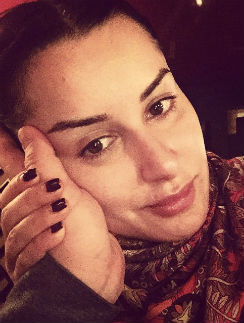 Загадочная мужская рука вызвала споры подписчиков Тины Канделаки