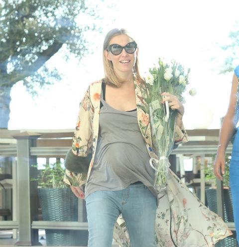 Беременная Ксения Собчак шокировала большим животом, обтянутым майкой