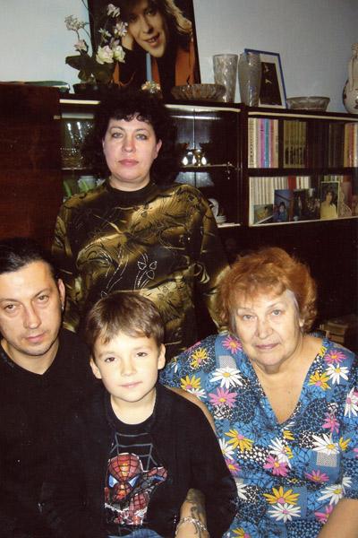Нонна Павловна Белоусова (справа) с дочерью Мариной, сыном Александром и внуком