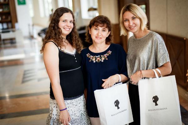 Участницы получили приятные подарки – платья от бренда Bella Potemkina. На фото: Оля Задоенко, Лена Гранкина, Даша Калинина