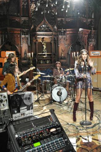 Группа во время съемок нового клипа