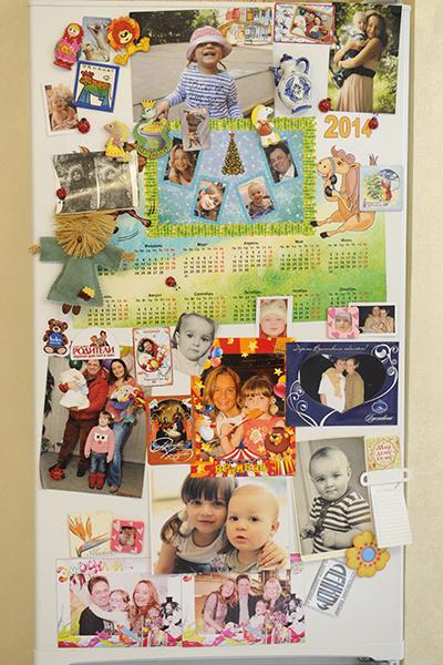 Холодильник Леоновы завешивают фотографиями детей в разном возрасте
