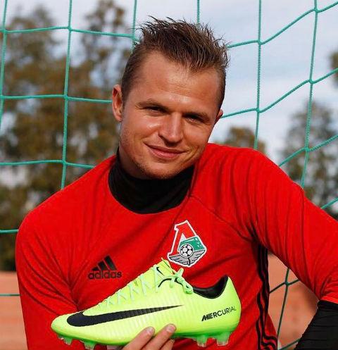 Дмитрий Тарасов толкает любимую на непристойности