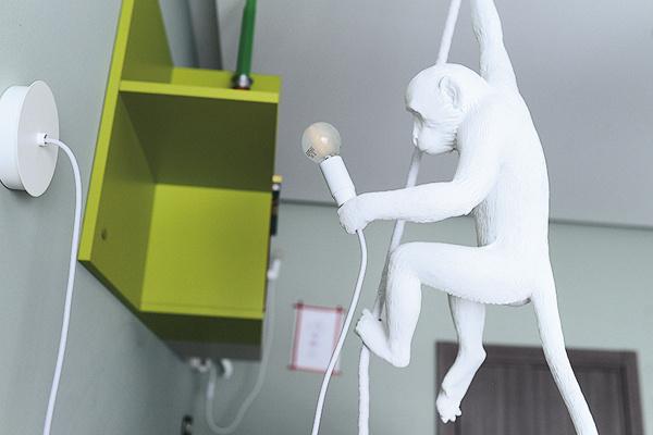 Лампы в виде обезьянок – изюминка оформления