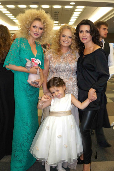 Лариса Долина с внучкой Сашей и подругами Леной Лениной и Анастасией Заворотнюк