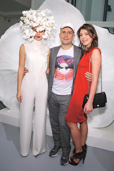 С моделью Ольгой Сорокиной и английским художником Марком Куинном, который написал портрет Светланы