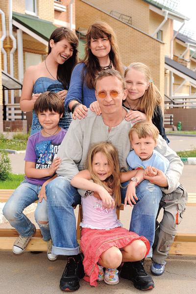 Иван с детьми: Анфисой, Евдокией, Варварой, Иоанной, Саввой и Василием