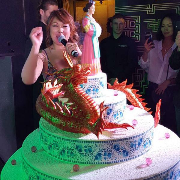 Торт был специально выполнен ко дню рождения Аниты