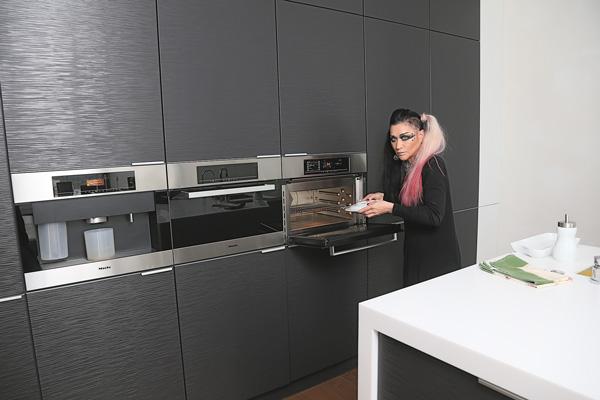 На кухне артистка чаще всего использует кофемашину и микроволновку