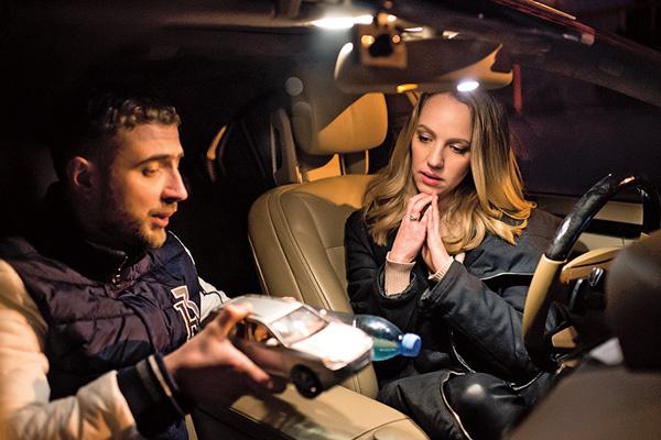 Виктор объяснил Гале, как ведет себя ее машина во время поворота