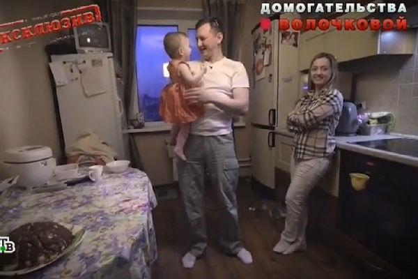 Александр рад наконец оказаться рядом с женой и дочерью