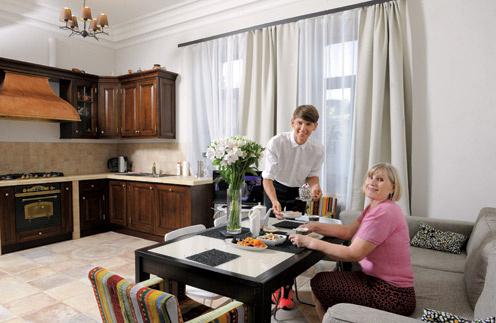 «Что будет у мамы на ужин, я знаю заранее, – рассказывает Влад Лисовец. – Она иногда забывает включать вытяжку, и запах котлет добирается до моей квартиры. Из-за этого у нас бывают перепалки! Сам я домашнюю еду не очень люблю, но мамин щавелевый суп ем с удовольствием»