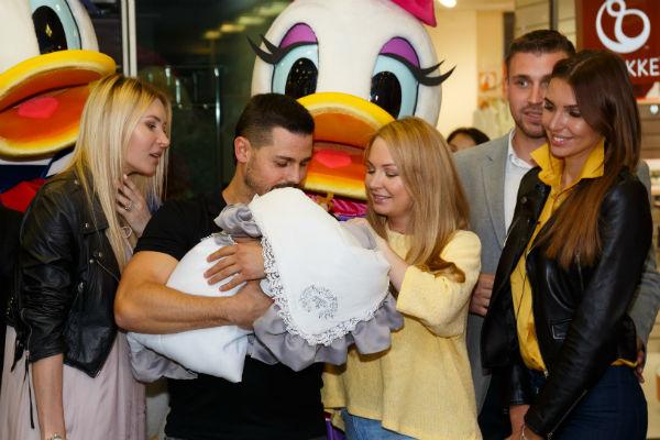 Сергей и Дарья с новорожденным во время выписки из роддома