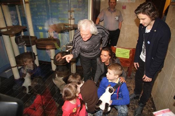 Юрий Куклачев показывает гостям свои владения