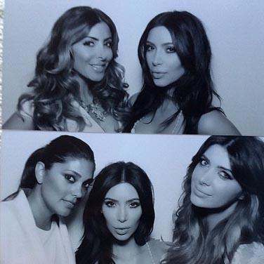 Ким с подругами в фотобудке