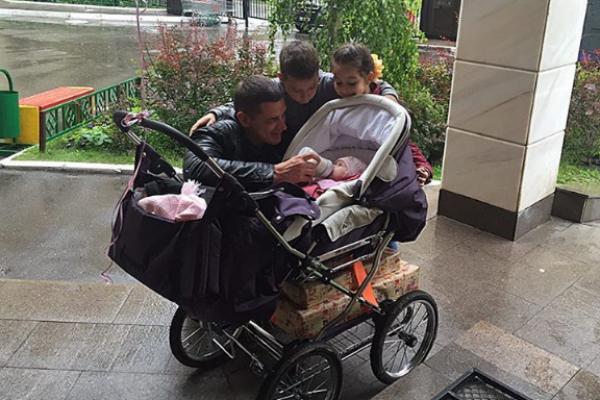 Курбан Омаров с детьми